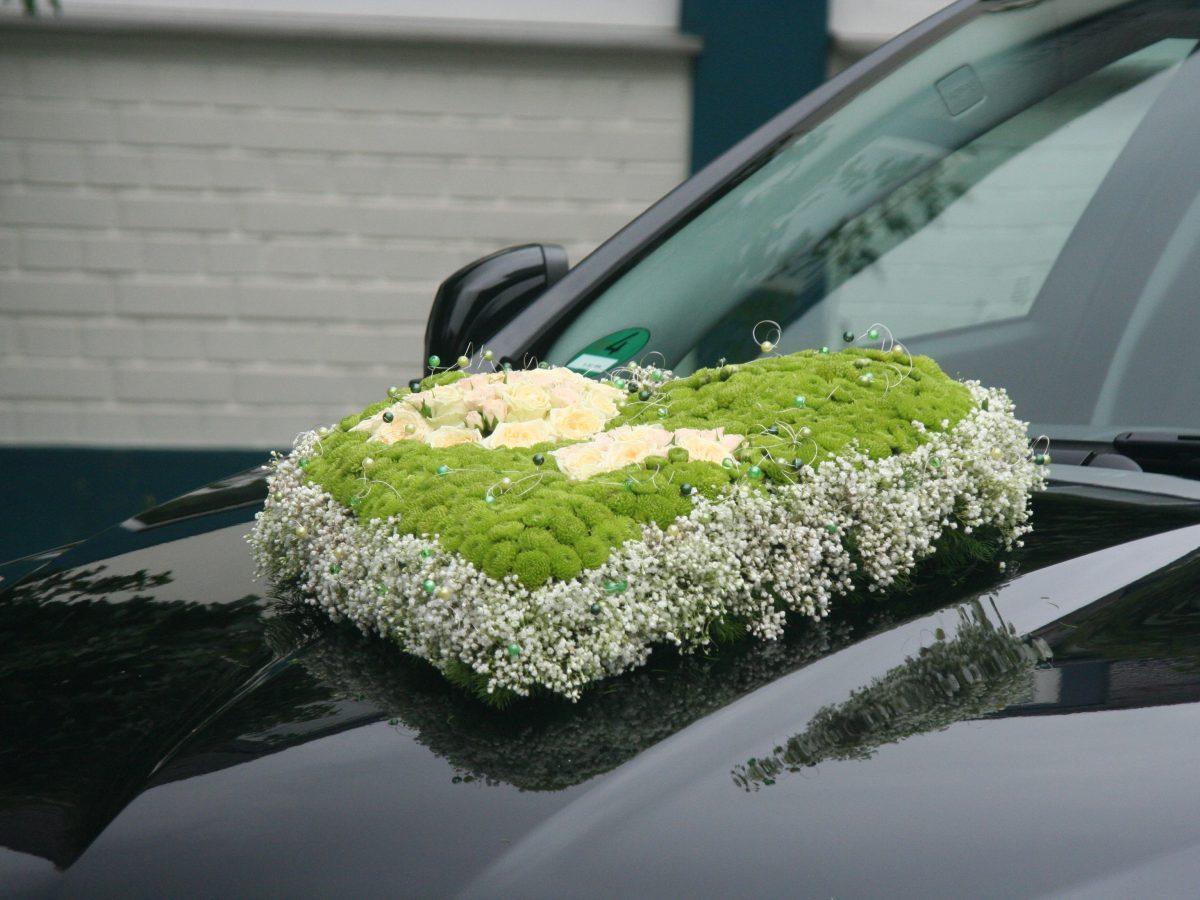 Schwarzer Jaguar mit Hochzeitsdekoration in Herzform von Meissner Floristik